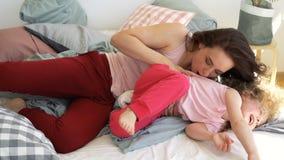 家庭、母亲和女儿在床上无所事事  影视素材