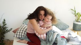家庭、母亲和女儿 枕头战 股票视频