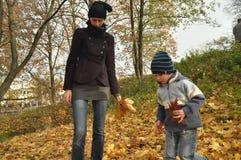 家庭、母亲有她的女儿的和儿子一次旅行的到公园 库存图片