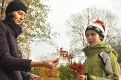 家庭、母亲有她的女儿的和儿子一次旅行的到公园 图库摄影