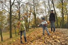 家庭、母亲有她的女儿的和儿子一次旅行的到公园 免版税库存照片