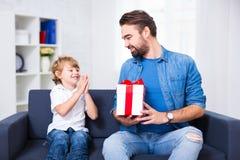 家庭、爱和假日概念-小儿子和他的父亲w 免版税库存照片