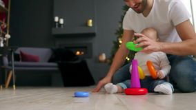 家庭、父权和人概念-有在家使用与玩具的一点小儿子的愉快的父亲 股票视频
