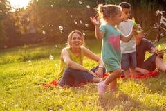 """家庭、父母身分、收养和人概念†""""愉快的家庭 库存照片"""
