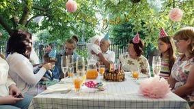 家庭一起聚集在桌上庆祝生日 股票录像