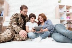 家庭一起花费时间 军服的一个父亲取决于他的儿子和妻子 库存图片
