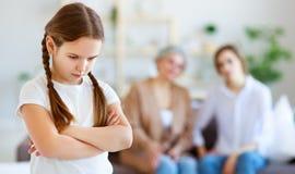 家庭三世代恼怒的责骂淘气孩子的母亲和祖母冲突  库存图片