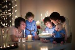 家庭与三个孩子庆祝生日他们的儿子 免版税库存照片