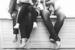家庭与孩子坐窗台 图库摄影