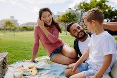 家庭为一顿野餐在公园 免版税库存图片