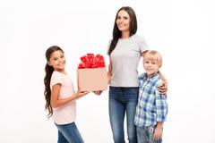 家庭乐趣、母亲、在白色背景和女儿隔绝的儿子 题字的地方箱子的 免版税库存图片
