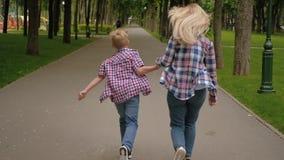 家庭乐趣嬉戏的休闲母亲儿子奔跑公园 股票视频