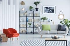 家庭书库在客厅 免版税库存图片