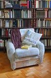 家庭书库扶手椅子 库存照片