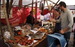 家庭买的香肠在一个传统市场马略卡上 库存照片