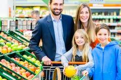 家庭买菜在大型超级市场 免版税库存图片