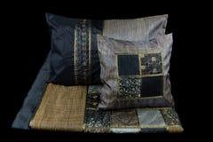 家庭亚麻布和枕头在黑背景 库存图片