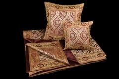 家庭亚麻布和枕头在黑背景 免版税库存图片