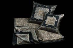 家庭亚麻布和枕头在黑背景 免版税库存照片