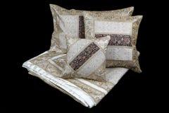 家庭亚麻布和枕头在黑背景 免版税图库摄影