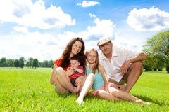 家庭享受夏日外面。 库存照片