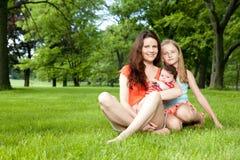 家庭享受夏日外面。 库存图片