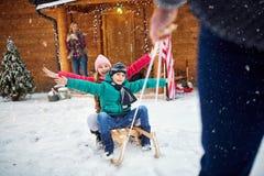 家庭享用-冬天,雪,家庭sledding在冬天 图库摄影