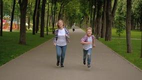 家庭休闲嬉戏的竞争妈妈儿子奔跑 影视素材