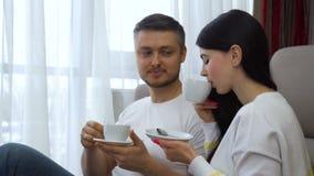 家庭休闲通信夫妇饮用的茶 股票录像