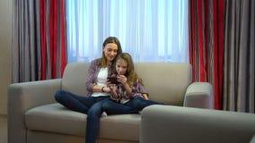 家庭休闲通信女孩妈妈家消遣 影视素材