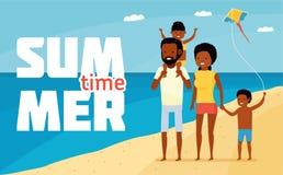 家庭休闲 新的成人 愉快的非洲家庭海滩假日 海滩有系列的乐趣 皇族释放例证