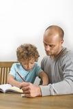 家庭作业在父亲帮助下  免版税库存照片