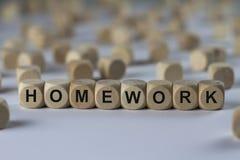 家庭作业-与信件的立方体,与木立方体的标志 免版税库存照片