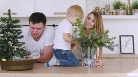 家庭使用在桌上的妈妈爸爸和儿子在厨房里 圣诞节内部 股票录像