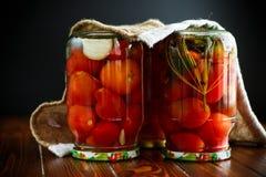 家庭保存 装于罐中在一个玻璃瓶子成熟蕃茄 免版税库存图片