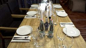 家庭假日宴餐行动的装饰的桌 与简单的服务的桌的宴餐在家用家具为 影视素材