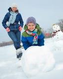 家庭做一个雪人 免版税库存照片