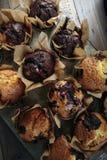家庭做的蔓越桔巧克力碎片松饼 免版税库存图片
