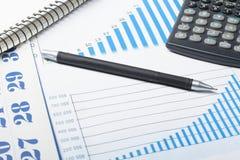 家庭储蓄,预算概念 图、笔和计算器在木办公桌桌上 库存照片