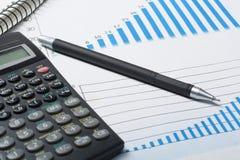家庭储蓄,预算概念 图、笔和计算器在木办公桌桌上 免版税库存照片