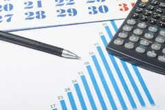 家庭储蓄,预算概念 图、笔和计算器在木办公桌桌上 库存图片
