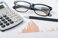 家庭储蓄,预算概念 图表 笔、计算器和硬币在木办公桌桌上 图库摄影