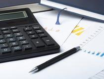 家庭储蓄,预算概念 图,帐薄,笔,在木办公室桌上的计算器 库存图片