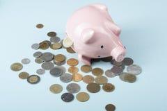 家庭储蓄,预算概念 存钱罐和硬币在木办公室桌上 免版税库存照片