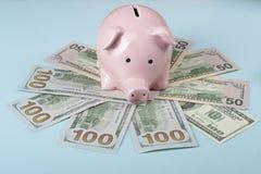 家庭储蓄,预算概念 存钱罐和美元背景的  图库摄影