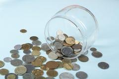 家庭储蓄,预算概念 玻璃瓶子和硬币在办公室桌上 库存图片