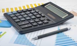 家庭储蓄,预算概念 计算器、笔和图在办公室桌上 库存照片