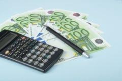 家庭储蓄,预算概念 计算器、笔和金钱在木办公室桌上 免版税库存照片
