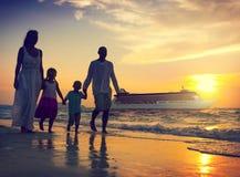 家庭儿童海滩游轮放松概念 库存照片