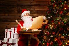 家庭内部的圣诞老人 库存照片